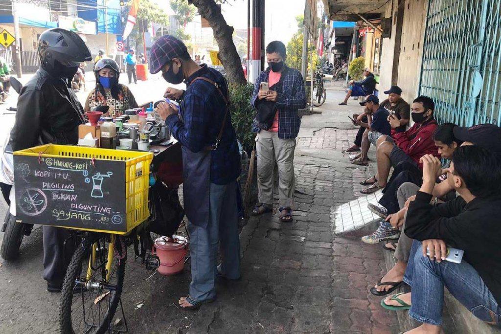Antrian pembeli menikmati kopi street Himung Kopi