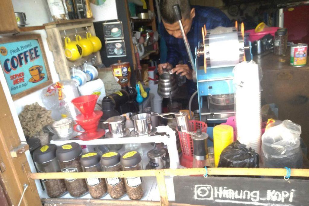 Meracik kopi di kedai rumahnya.