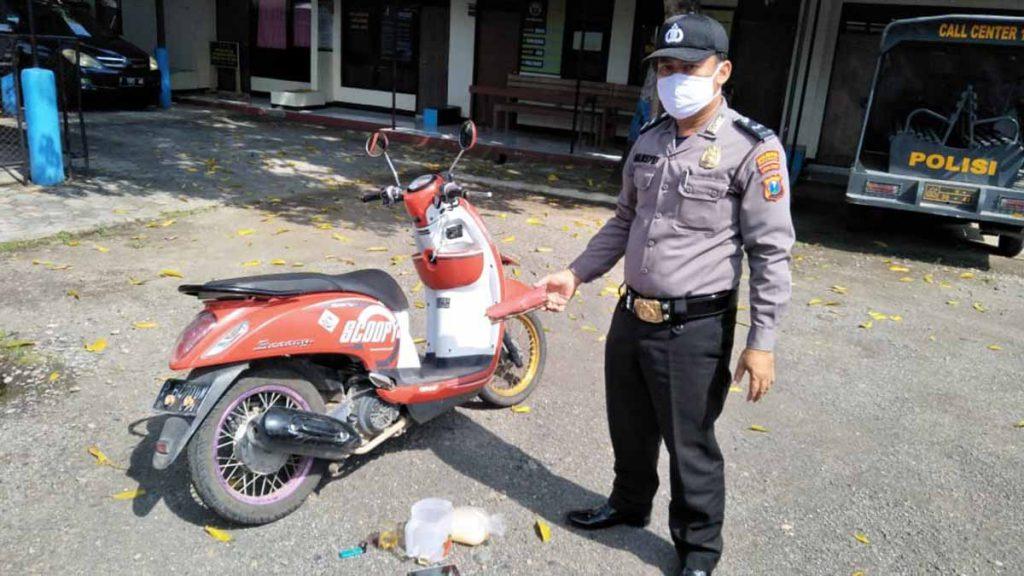 Sepeda motor Honda Scoopy warna merah Nopol P 6470 UN - Pemuda Tewas Bersimbah Darah Dipinggir Jalan