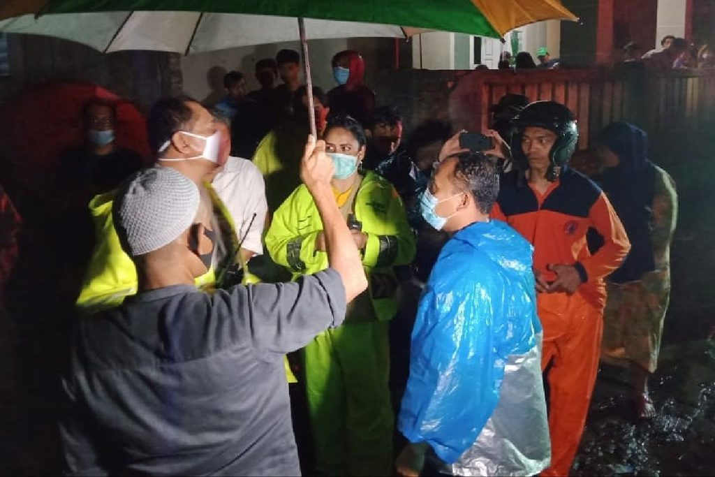 Tim BPBD, SAR, Kepolisian dan masyarakat berupaya mencari keberadaan korban. (gab) - Longsor Akibat Hujan Deras, Satu Warga Sulfat Inside Hilang