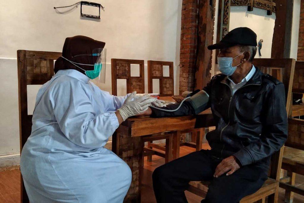 Check up seniman lansia oleh petugas kesehatan. (ws1) - Disporapar Pastikan Seniman Kreatif Masuk Vaksinasi Tahap Dua