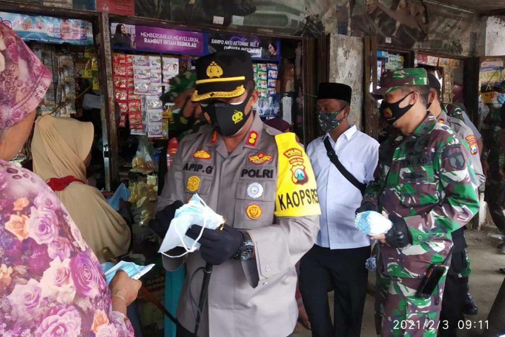 BAGIKAN MASKER : Dandim dan Kapolres Pamekasan terjun ke Pasar Blumbungan membagikan masker kepada warga, Rabu (03/01/21) - Dandim-Kapolres Pamekasan Datangi Pasar Blumbungan Periksa Masker