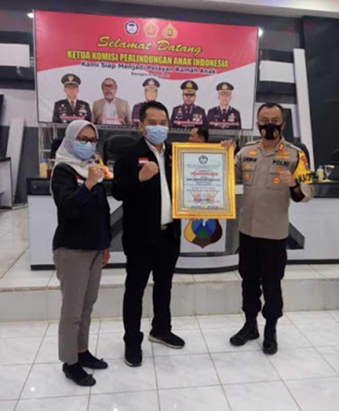 Kapolres Kediri, AKBP Lukman Cahyono saat menerima penghargaan tingkat nasional dari Komnas Perlindungan Anak (PA), Senin (8/2/2021) - Kapolres Kediri Terima Penghargaan Dari Komnas PA