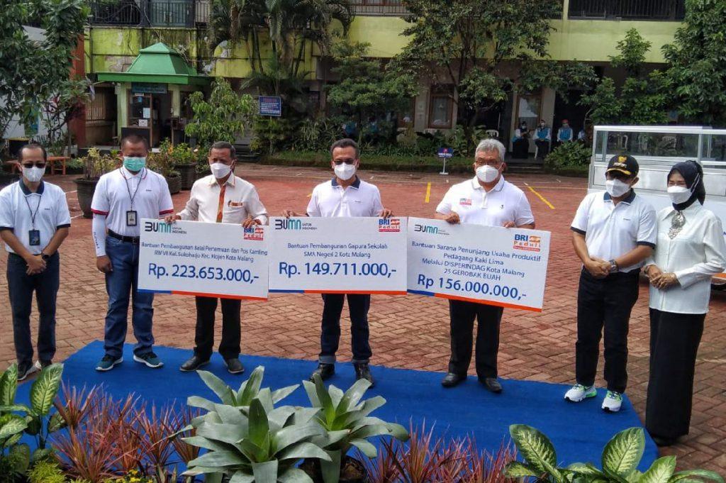 Simbolis CSR BRI bersama Walikota Malang, BRI, dan penerima CSR. (ws1) - Tak Hanya Ekonomi, Sutiaji Apresiasi CSR BRI Bidang Pendidikan-Kesehatan