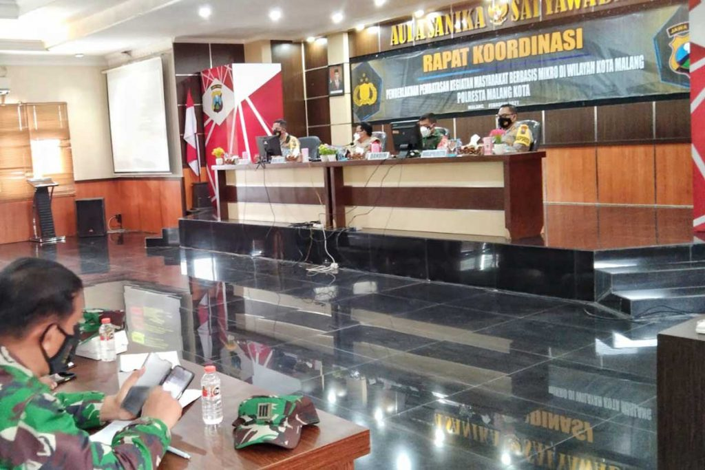 Rapat Koordinasi PPKM Mikro di Aula Sanika Satyawada. (ws1) - Babinsa dan Babinkamtibmas Ujung Tombak Penerapan PPKM Mikro