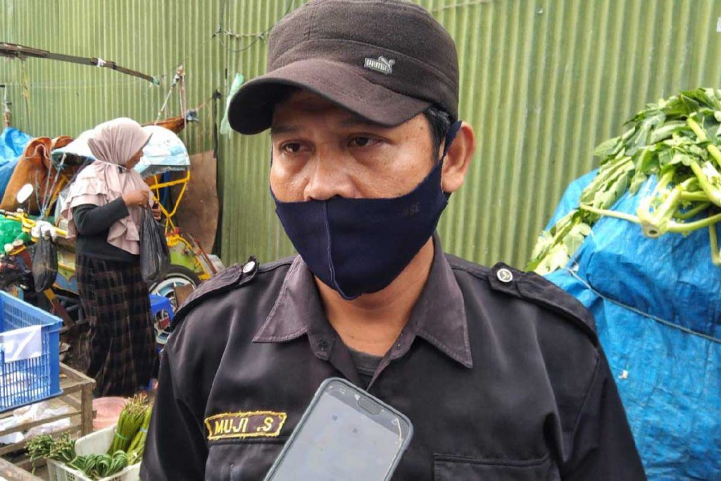 Salah satu petugas memberikan penjelasan. (ws2) - Wastib Diskoperindag Tertibkan Pedagang Pasar Kebalen