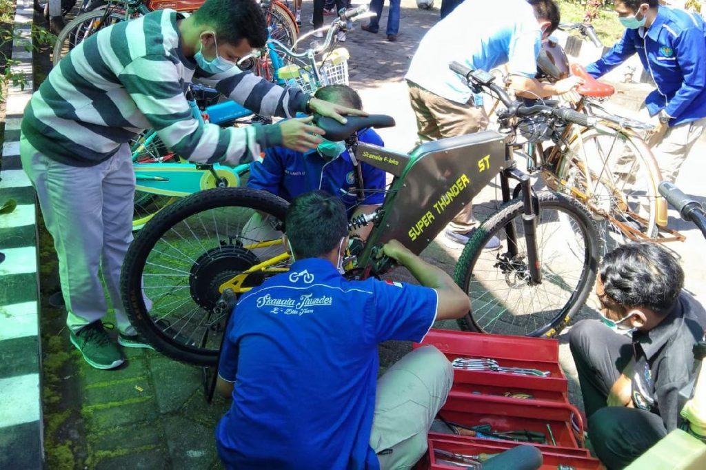 Teknisi mengecek kembali e-bike usai dipakai Bung Edi. (ws1) - Keliling Kota Malang, Wawali Ujicoba E-Bike Rakitan SMK Nasional