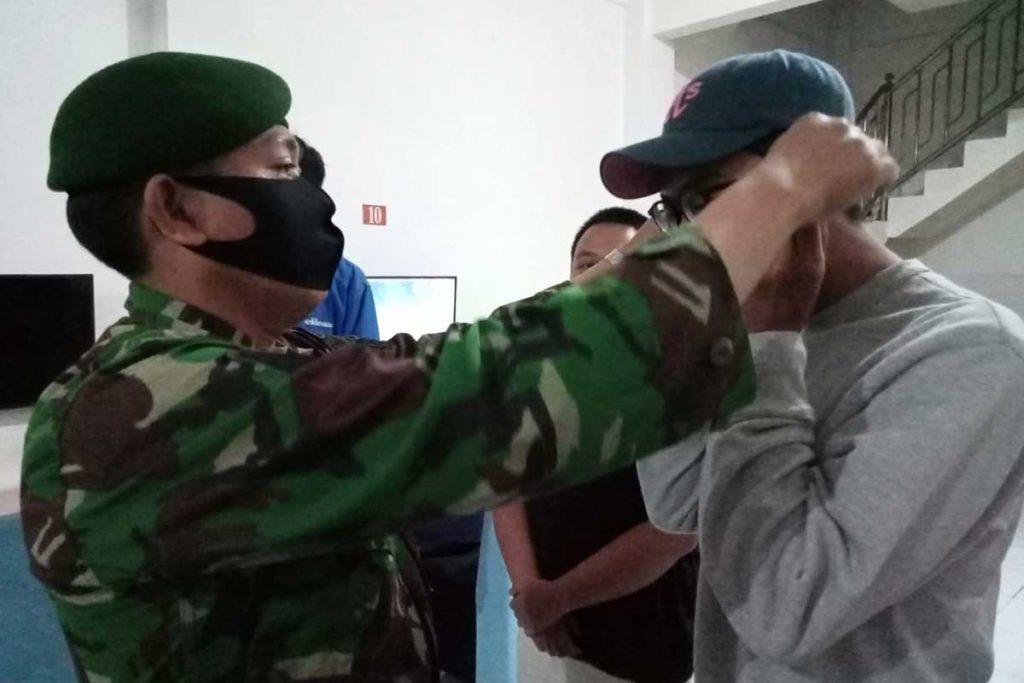 Diberikan masker gratis. (ist) - PPKM Berlanjut, Operasi Yustisi Sasar Arjosari dan Kedungkandang