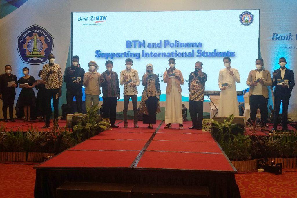 Perwakilan mahasiswa asing bersama jajaran Polinema dan BTN. (rhd) - BTN Malang Bantu Mahasiswa Asing Polinema Terdampak Covid-19