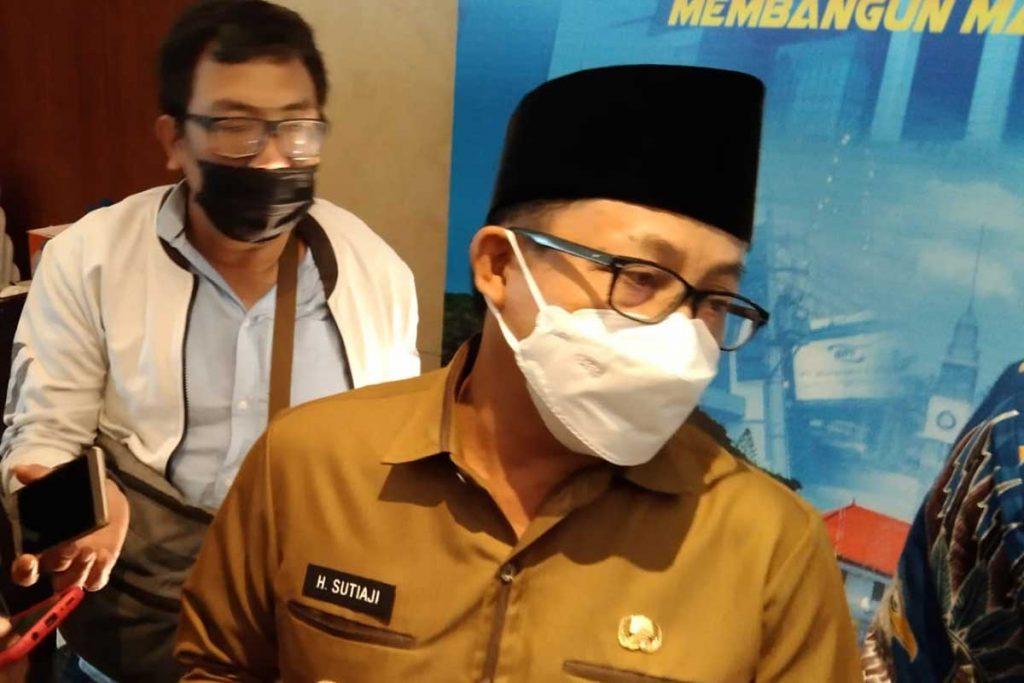 Walikota Malang tanggapi penyampaian aspirasi atas dualisme Arema. (ws1) - Tanggapi Flare dan Pesawat Kertas, Sutiaji: Itu Biasa, Bahasa-bahasa Arema