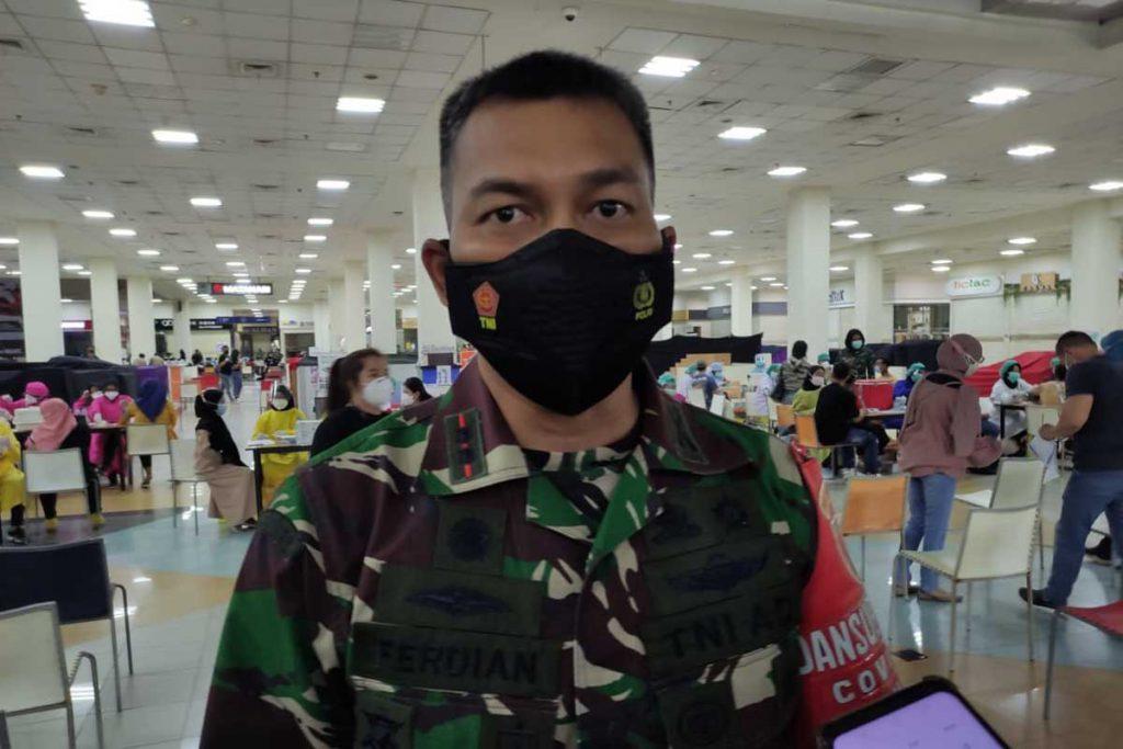 Dandim 0833 Kota Malang, Letkol Arm Ferdian Primadhona, menjelaskan Serbuan Vaksinasi di Matos. (rhd) - Kodim 0833, Gelontorkan 4.000 Vaksin Dosis Kedua di Matos