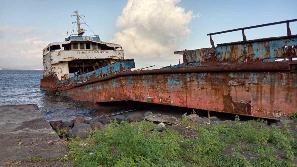 Kondisi Kapal LCT Sritanjung yang sudah berkarat dan menjadi barang rongsokan di pesisir pantai Ketapang, Kecamatan Kalipuro - LCT Kapal Sritanjung Jadi Barang Rongsokan Dan Disoal Ormas, Pansus Kapal Sritanjung DPRD Banyuwangi Beberkan 5 Rekomendasi