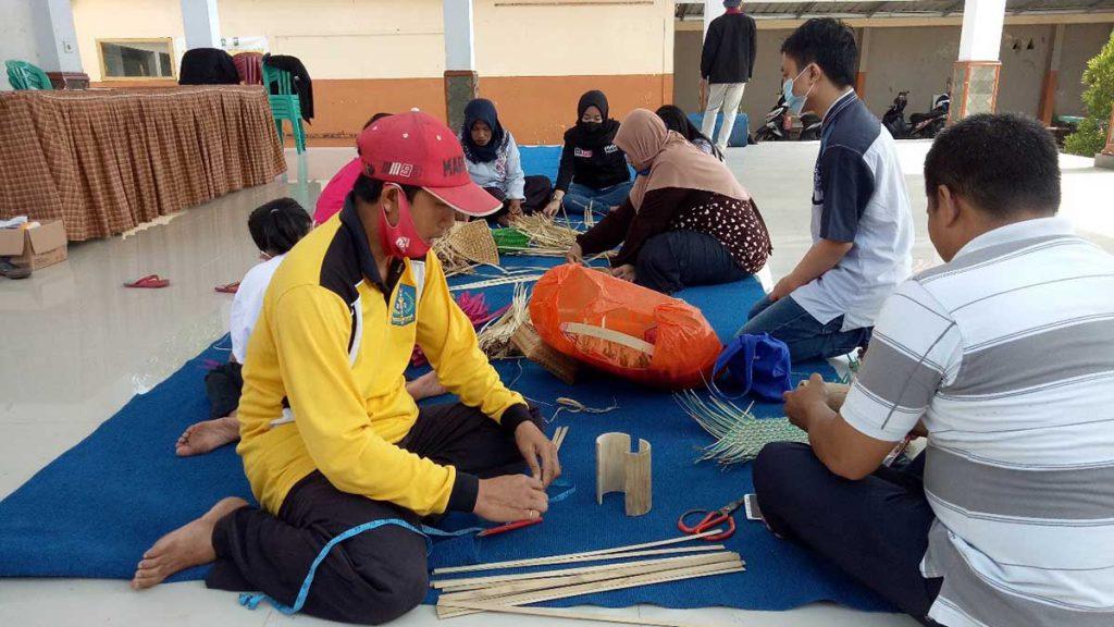 Pelatihan Anyaman Bambu, PMM 36 UMM Bangkitkan UMKM Desa Sarikemuning