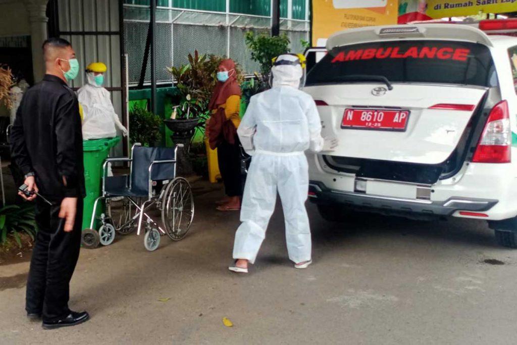 Pasien tiba di tempat isoter. (ist) - 35 Isoman Dipindahkan Ke Safe House BPSDM dan RS Lapangan Ijen