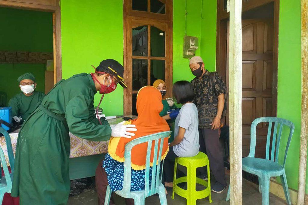 Pemdes Temuasri bersama Puskesmas Karangsari Kecamatan Sempu saat menggelar jemput bola vaksinasi. (Kuryanto) - Pemdes Temuasri Gelar Jemput Bola Vaksinasi