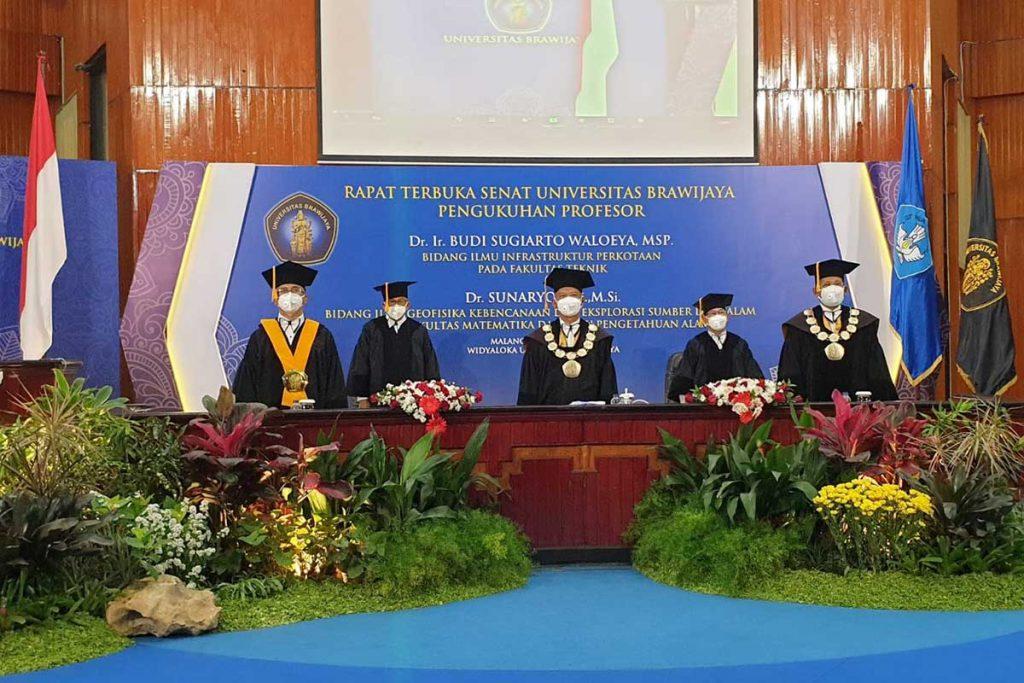 Prosesi pengukuhan Prof Dr Ir Budi Sugiarto Waloeya MSP dan Prof Dr Sunaryo SSi MSi. (ist) - UB Kukuhkan Prof Budi Sugiarto Waloeya dan Prof Sunaryo