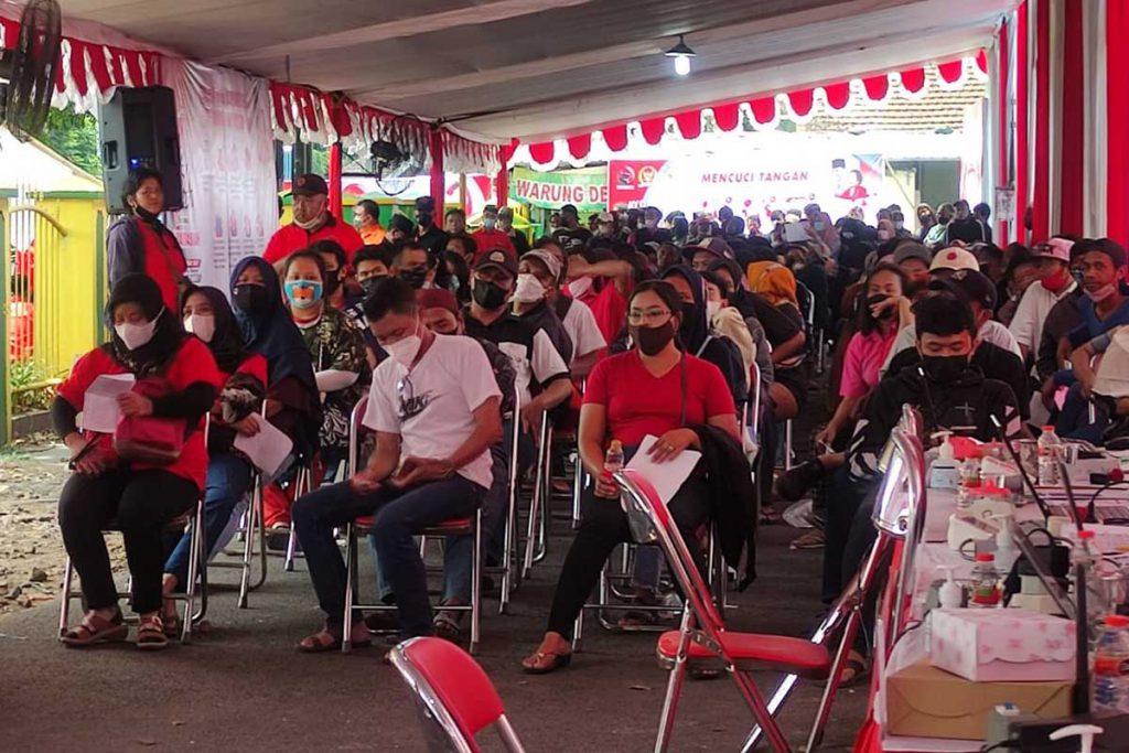 Antrian vaksin tertib dan prokes. (rhd) - DPC PDI-P Kota Malang Vaksin Massal Ribuan Warga