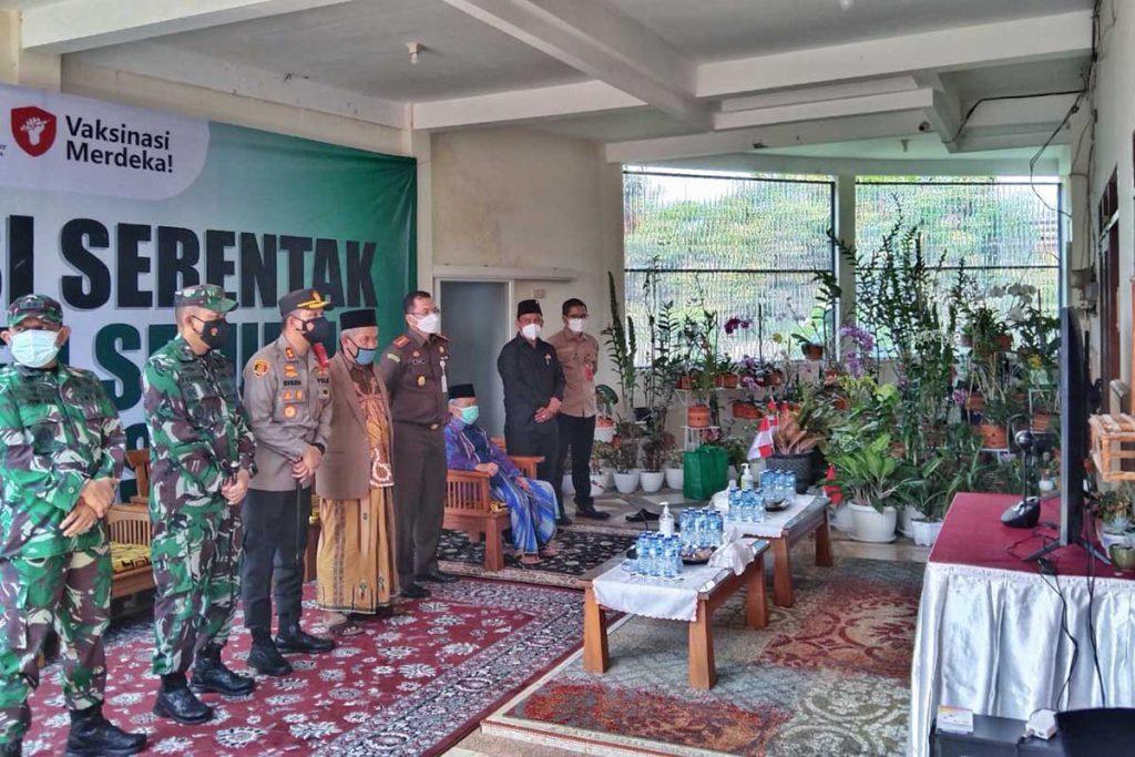 Forkopimda ikut video konferensi dengan Presiden Joko Widodo. (jaz) - Vaksinasi Merdeka Sasar Ponpes Gasek dan Warga Sekitar
