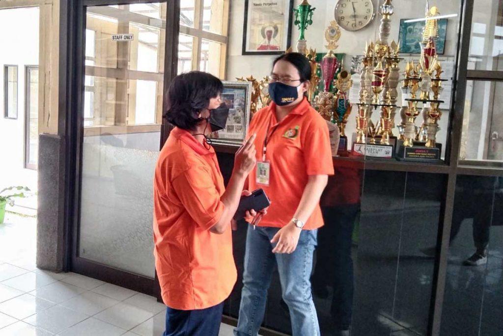 Kepala Sekolah SMA Katolik Cor Jesu, Agatha Ariantini (kanan), sedang berbincang dengan kepala sekolah SMP. (jaz) - SMAK Cor Jesu Pilih Tunggu Level II Gelar PTM