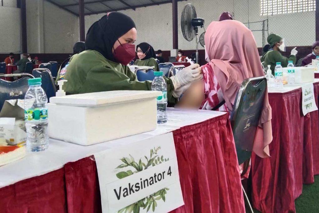 Pelaksanakan vaksinasi berada di lapangan indoor ABM. (jaz) - STIE Malangkucecwara Tuntaskan 1.000 Dosis Vaksin Kedua
