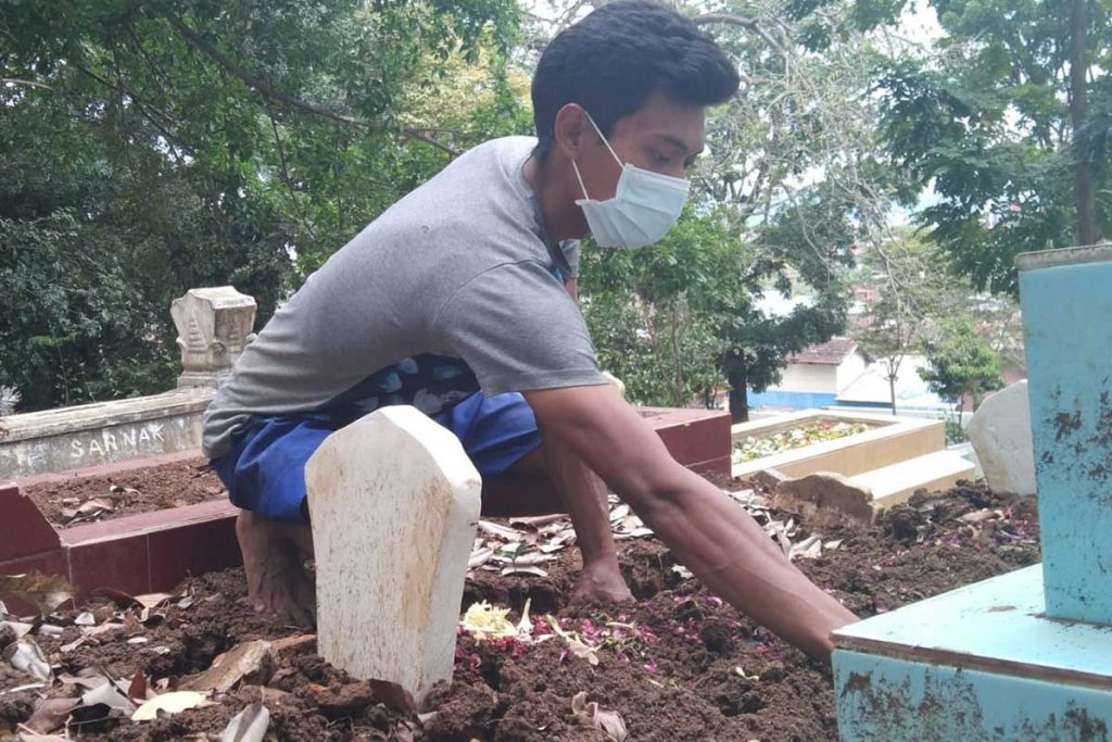 Salah satu penggali kubur pemakaman di Kecamatan Blimbing. (jaz) - Polemik Insentif, Sutiaji: Belum Menerima Berarti Penggelapan, Tuntaskan!
