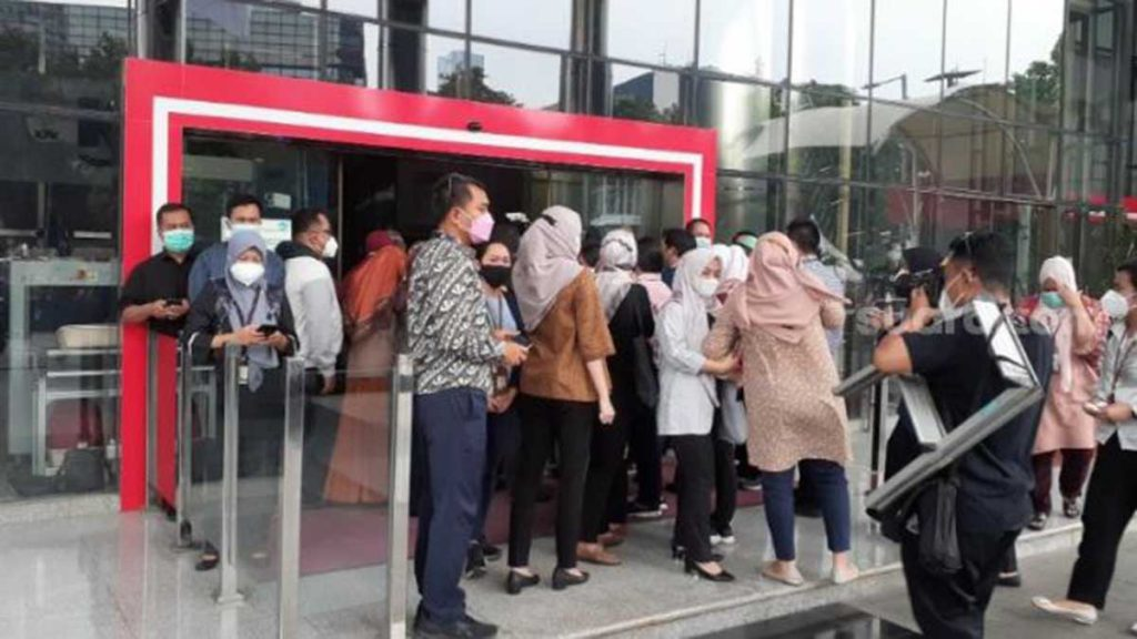 Suasana di depan Kantor KPK saat pegawai tidak lolos TWK pergi. (ist) - Pemberhentian Pegawai KPK Tak Lolos TWK: Buang Kartu Hingga Pengibaran Bendera Setengah Tiang