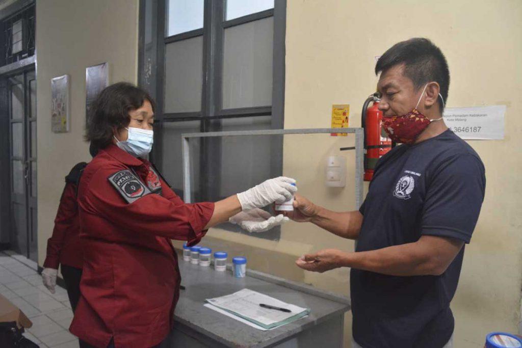 Tes urine warga binaan dan petugas. (ist) - Potensi Senjata Tajam, Sendok Stainless Terbanyak Disita Lapas Malang