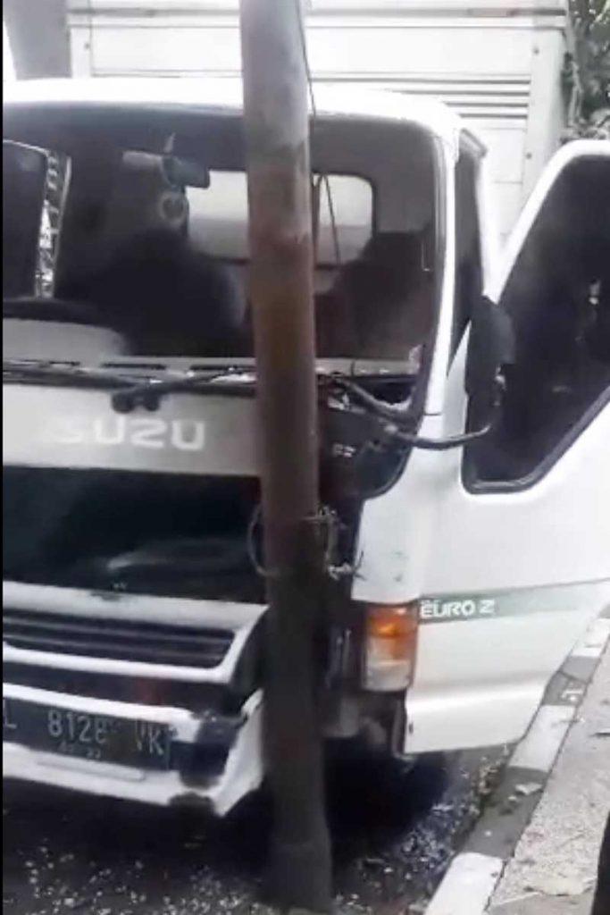 Truk boks engkel nopol L 8128 VK. (ist) - Usai Tabrak Tiang, Diduga Sopir Curanmor Kabur Nekat Perosok Sungai Brantas